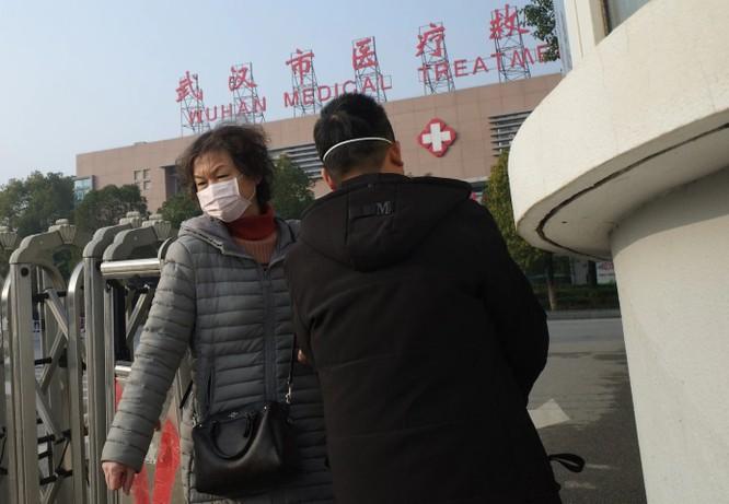 Một người phụ nữ rời khỏi trung tâm y tế Vũ Hán ngày 12/1, khi virus corona chủng mới lan rộng (Ảnh: Washington Post)