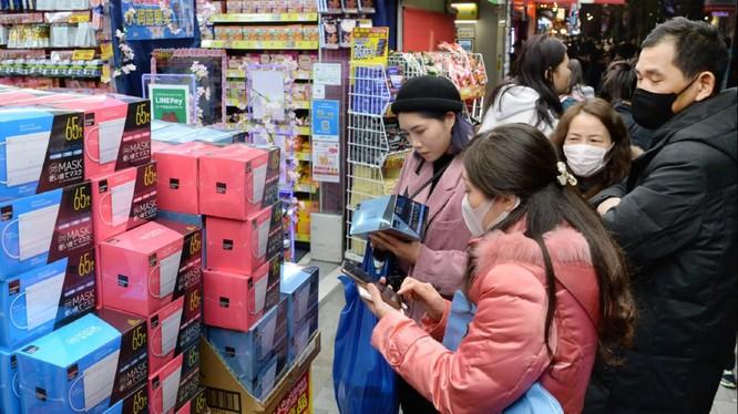 Người dân đổ xô đi mua khẩu trang y tế tại một cửa hiệu ở Nhật Bản (Ảnh: Nikkei)