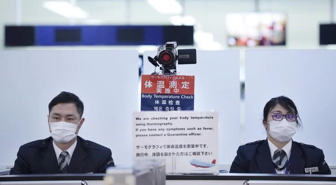 Nhân viên y tế Nhật Bản tại trạm kiểm tra thân nhiệt các hành khách đến từ Vũ Hán (Ảnh: AFP)