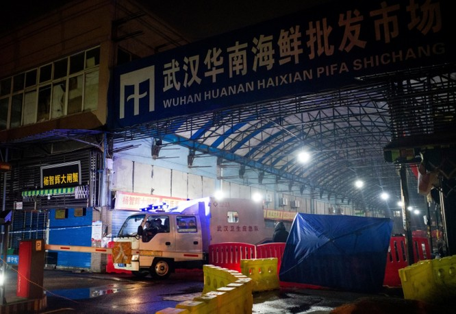 Một xe cứu thương rời khỏi chợ hải sản Huanan, Vũ Hán ngày 11/1 (Ảnh: Getty)