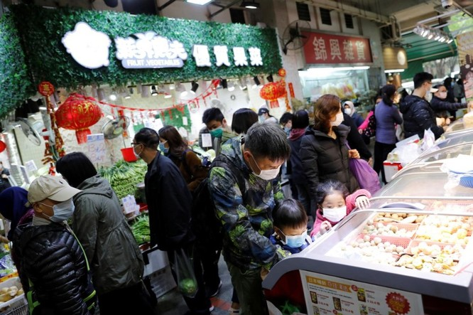 Người dân Hong Kong đi mua sắm tại một khu chợ thực phẩm ngày 2/2 (Ảnh: Reuters)
