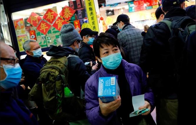 Người dân xếp hàng mua khẩu trang tại Hong kong, ngày 29/1 (Ảnh: Reuters)