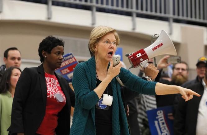 Bà Warren cố gắng lôi kéo thêm nữ cử tri trong sự kiện vận động tại Des Moines (Ảnh: Reuters)