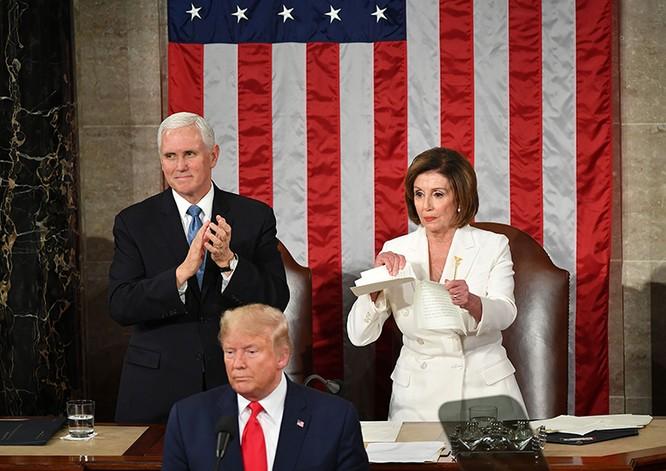 Bà Pelosi xé nát bản sao Thông điệp liên bang mà ông Trump trao cho (Ảnh: AFP)