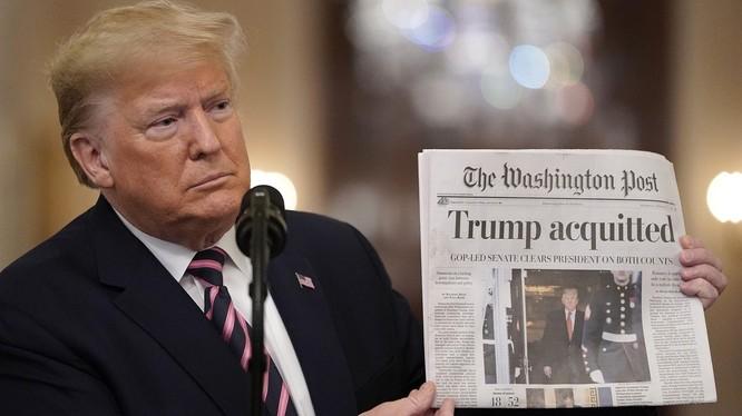 Ông Trump giơ cao trang bìa của tờ Washington Post có dòng tít lớn