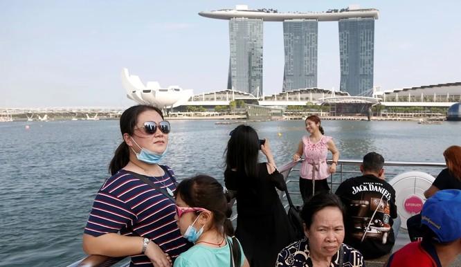 Du khách đứng ngắm cảnh tại Marina Bay Sands, Singapore (Ảnh: SCMP)
