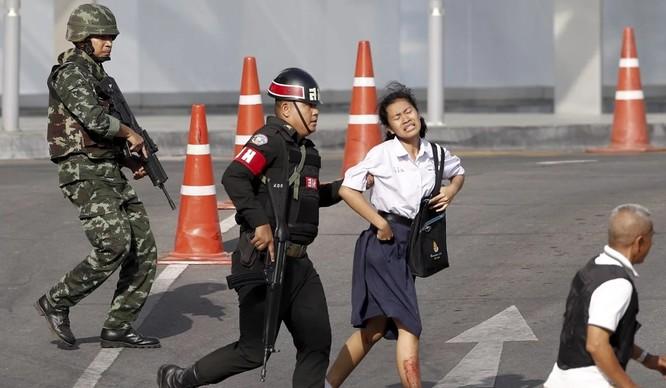 Binh sĩ sơ tán người dân khỏi nơi xảy ra vụ xả súng đẫm máu (Ảnh: SCMP)