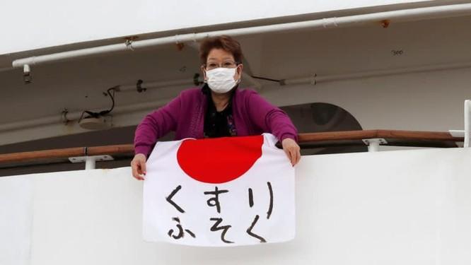 Một hành khách trên tàu với thông điệp