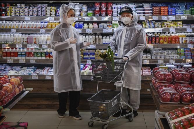Người dân Bắc Kinh đeo khẩu trang đi siêu thị trong hôm 11/2 (Ảnh: NYTimes)