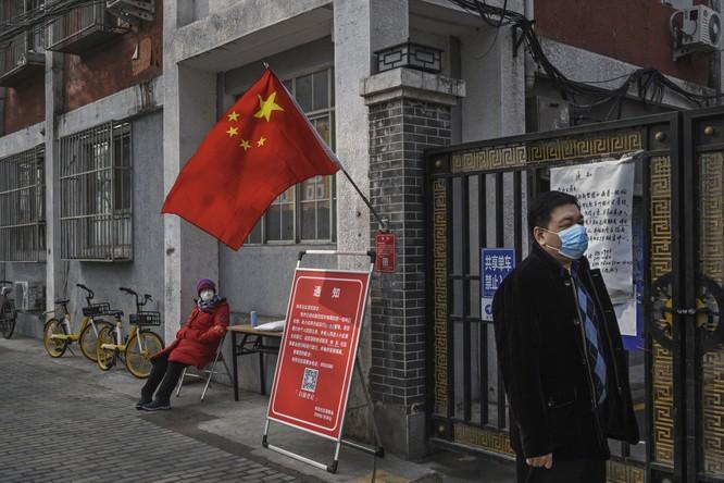 Người dân bên ngoài một tòa chung cư ở thủ đô Bắc Kinh, Trung Quốc (Ảnh: Getty)
