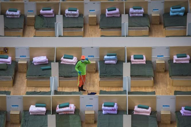 Nhân viên lau dọn tại trung tâm thể thao Vũ Hán, được sử dụng làm khu cách ly bệnh nhân (Ảnh: AP)