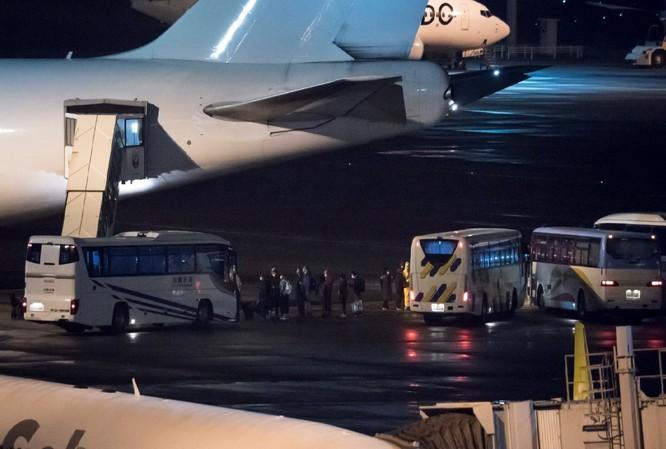 Công dân Mỹ lên chuyến bay sơ tán ở Tokyo vào rạng sáng ngày 17/2/2020 (Ảnh: CNN)