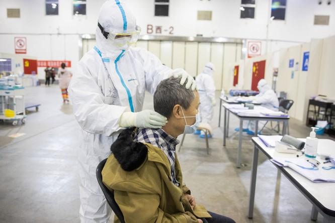 Nhân viên y tế xoa bóp vùng cổ cho một bệnh nhân (Ảnh: AFP)