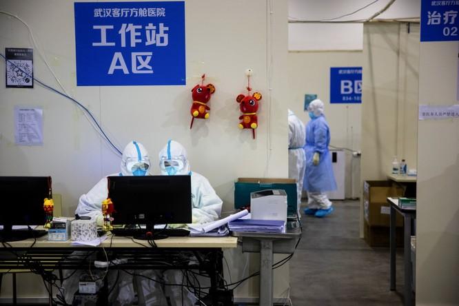 Đội ngũ nhân viên y tế làm việc bên trong bệnh viện ở taâm dịch Vũ Hán (Ảnh: AFP)