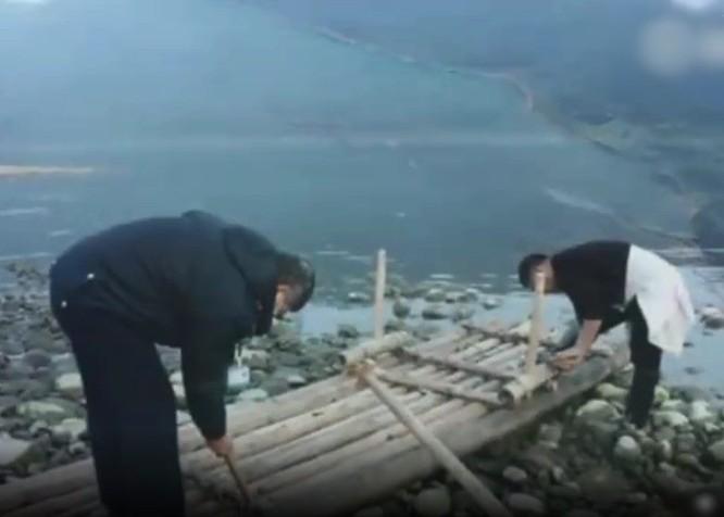 Các nhân viên công tác đang phá hủy chiếc bè tre (Ảnh: Đông Phương)