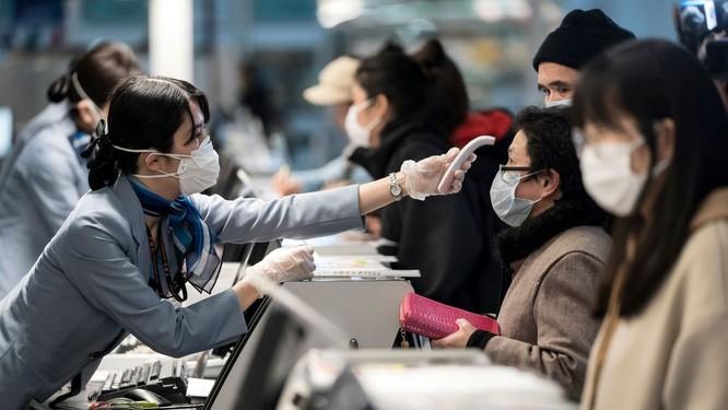 Nhiều chuyên gia tin rằng đo thân nhiệt ở sân bay không phải biện pháp hữu hiệu chặn COVID-19 (Ảnh: CNN)