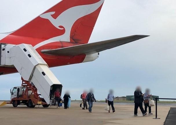 Máy bay đưa công dân Australia từ Nhật về nước (Ảnh: Đông Phương)