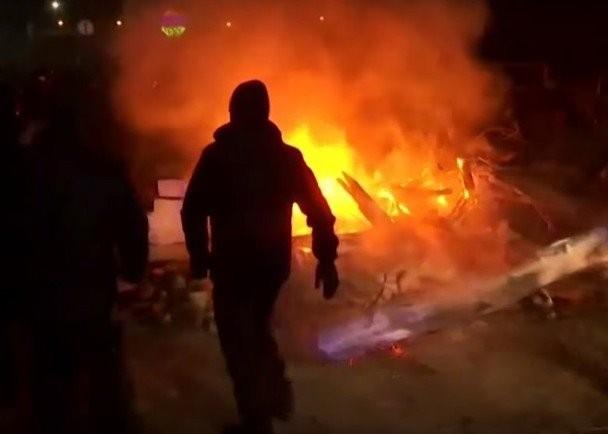 Người biểu tình đốt lửa ngăn chặn (Ảnh: Đông Phương)
