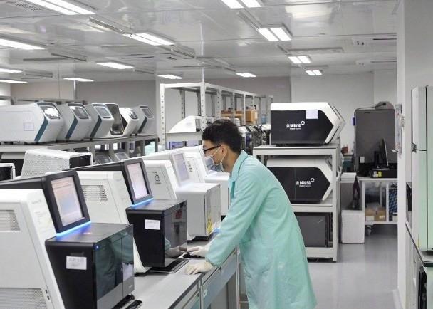 Các nhà nghiên cứu trong phòng thí nghiệm (Ảnh: Đông Phương)