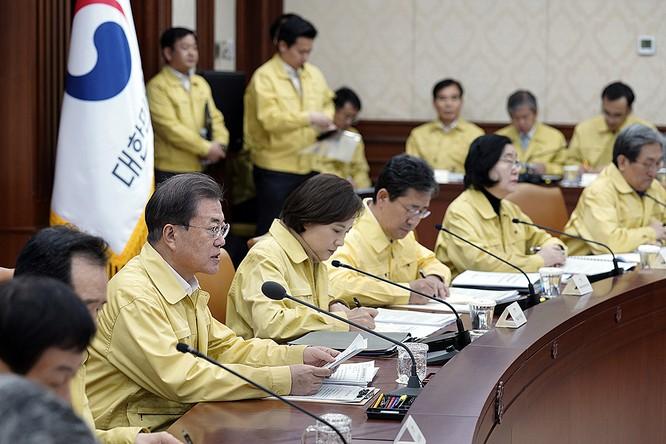 Tổng thống Hàn Quốc Moon Jae-in trong cuộc họp bàn về COVID-19 ngày 23/2 (Ảnh: CNN)