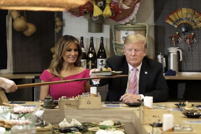 Tổng thống Trump và Đệ nhấ phu nhân Melania ăn tại nhà hàng trong chuyến công du Nhật Bản hồi năm ngoái (Ảnh: Vox)