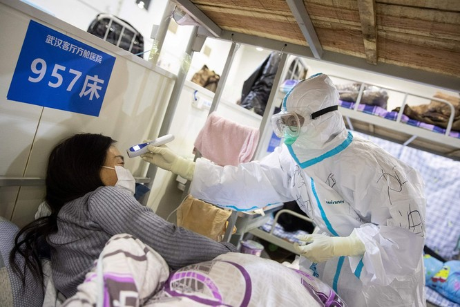 Bác sĩ thăm khám một bệnh nhân nhiễm COVID-19 ở Trung Quốc (Ảnh: AFP)