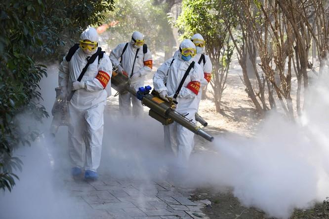 Nhân viên y tế phun thuốc chặn dịch bệnh ở Trung Quốc (Ảnh: AFP)