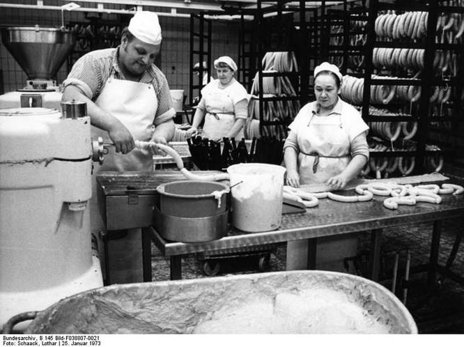 Volkswagen đã bắt đầu sản xuất xúc xích từ năm 1973 tại một nhà máy của họ (Ảnh: Odd Central)