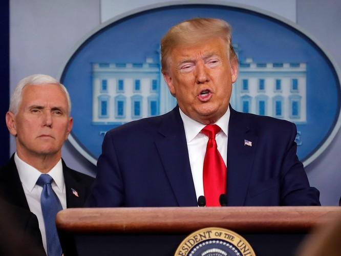 Tổng thống Mỹ Donald Trump trong cuộc họp báo tại Nhà Trắng hôm 2/1 (Ảnh: Business Insider)