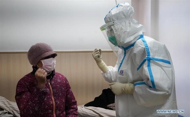 Nhân viên y tế khuyến khích bệnh nhân bị cách ly tại một bệnh viện ở Giang Tây, Trung Quốc (Ảnh: News.cn)