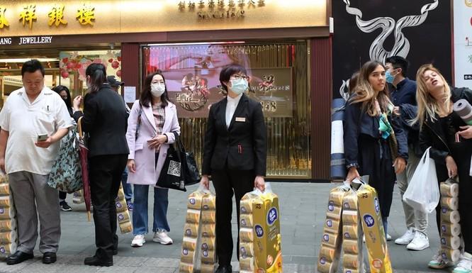 Tranh thủ mua giấy vệ sinh mọi lúc ở Hong Kong (Ảnh: SCMP)