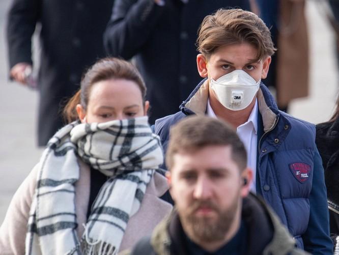 Người dân Anh căng mình trong bối cảnh dịch do virus corona lan rộng (Ảnh: Metro)