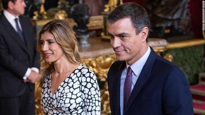 Vợ chồng Thủ tướng Tâ Ban Nha hiện đang tự cách ly và theo dõi sức khỏe (Ảnh: CNN)