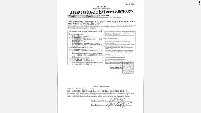 Một văn bản được nhân viên cách ly phát tại sân bay Narita, yêu cầu hành khách tránh các phương tiện giao thông công cộng và theo dõi sức khỏe trong 14 ngày (Ảnh: CNN)