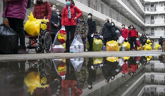 Những bệnh nhân phục hồi và rời khỏi một trung tâm cách ly ở Vũ Hán, ngày 11/3 (Ảnh: Washington Times)