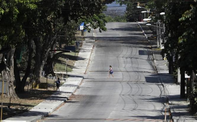 Một dãy phố vắng người qua lại ở thủ đô Manila, Philippines do dịch COVID-19 (Ảnh: AP)