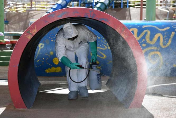Nhân viên phun thuốc khử trùng tại thành phố Las Vegas (Ảnh: Guardian)