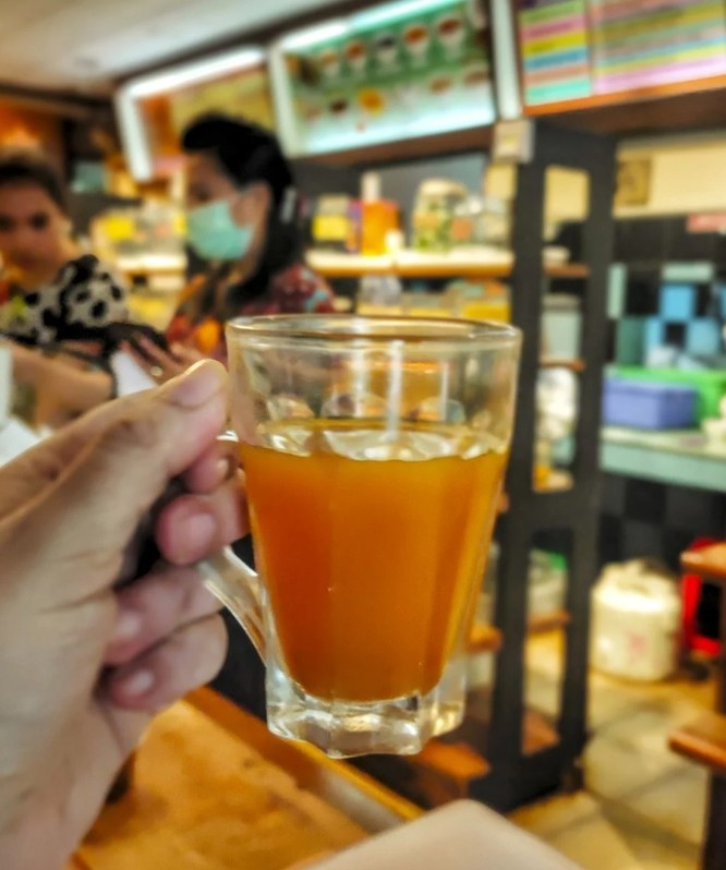 Một cốc đựng thứ đồ uống truyền thống có tên Jamu (Ảnh: SCMP)