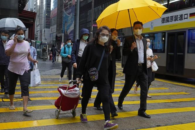 97,5% người dân Hong Kong đeo khẩu trang lúc ra đường trong bối cảnh dịch COVID-19 (Ảnh: NYDaily)