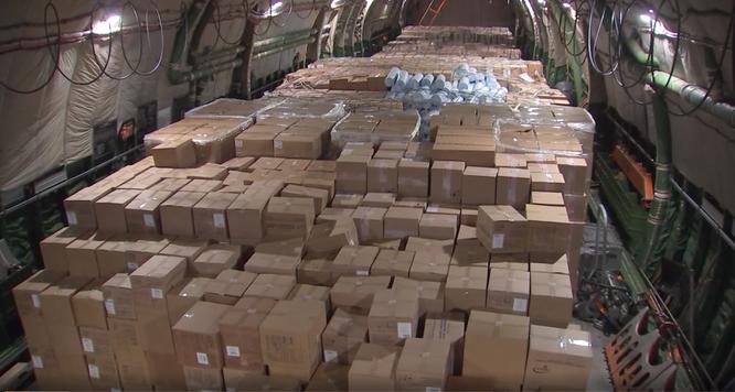 Hàng tiếp viện gồm khẩu trang, đồ bảo hộ, thiết bị y tế trên chuyến bay Nga điều sang Mỹ (Ảnh: Bộ Quốc phòng Nga)