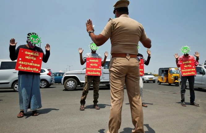 Một số tài xế bị xử phạt bằng cách đeo mặt nạ virus corona cùng tấm bảng có ghi