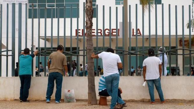 Cảnh chờ đợi thông tin từ người thân nhiễm COVID-19 bên ngoài một bệnh viện ở Guayaquil (Ảnh: CNN)
