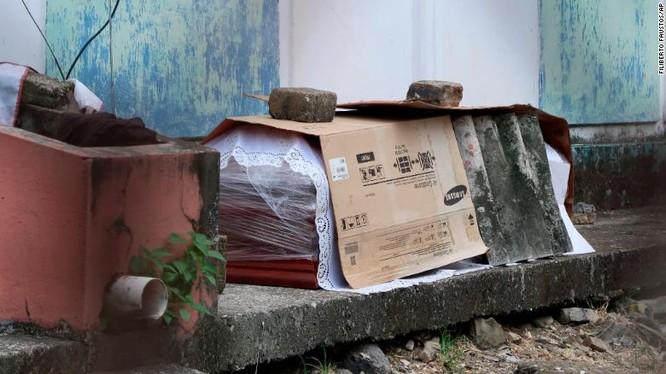Một chiếc quan tài được cho là của người mắc COVID-19 nằm ngay bên ngoài một căn nhà ở Guayaquil (Ảnh: CNN)