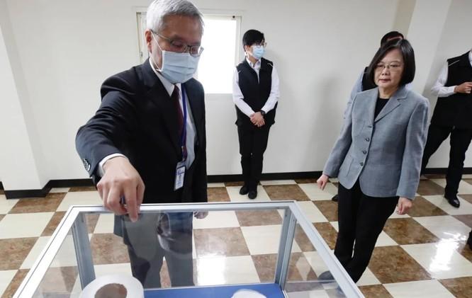 Bà Thái Anh Văn tới thăm một cơ sở sản xuất thiết bị y tế (Ảnh: EPA)