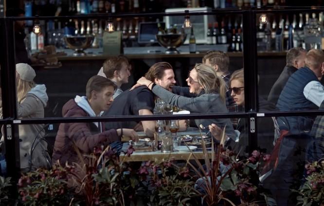Một quán bar ở thủ đô Stockholm vẫn nhộn nhịp trong bối cảnh dịch COVID-19 (Ảnh: The Sun)