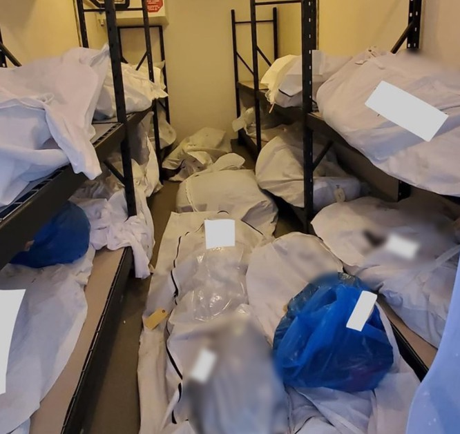 Nhiều thi thể xếp chồng lên nhau trong phòng lạnh tại bệnh viện (Ảnh: Twitter)