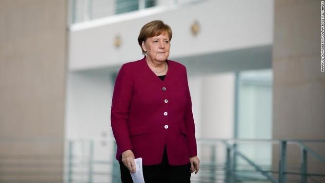 Thủ tướng Đức Angela Merkel trong một buổi họp báo về chống dịch COVID-19 hôm 9/4 (Ảnh: CNN)