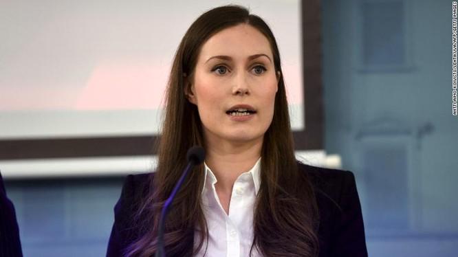 Thủ tướng Phần Lan Sanna Marin nói về các biện pháp chống COVID-19 ở Helsinki ngày 16/3 (Ảnh: CNN)