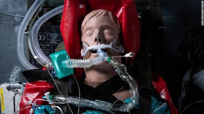 Ma nơ canh được đeo máy thở trong một buổi huấn luyện quân sự ở Andover, Anh (Ảnh: CNN)