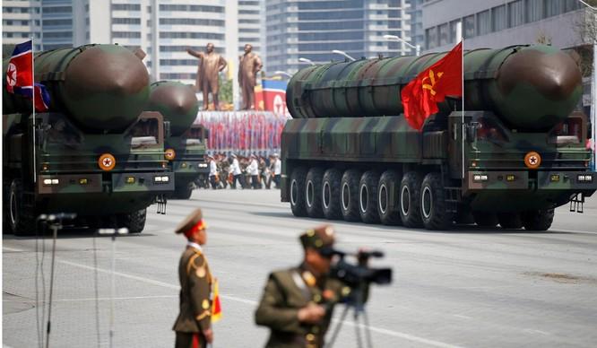 Tên lửa đạn đạo liên lục địa của Triều Tiên trong một buổi diễu binh tại Bình Nhưỡng (Ảnh: Reuters)